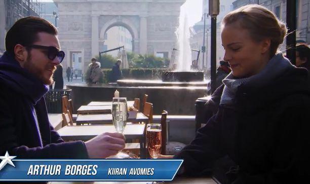 Arthur Borges ja Kiira Korpi ovat hempeällä tuulella Milanon katukahvilassa.