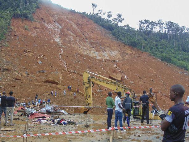 Asukkaat katselivat mutavyöryn aiheuttamia tuhoja Regentin alueella Freetownissa.