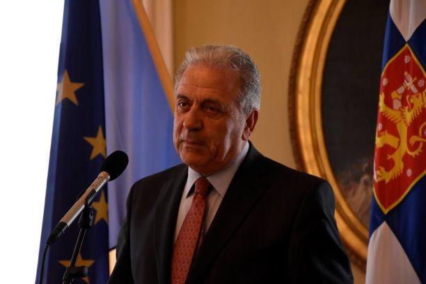 Komissaari Avramopoulos kertoi, että turvapaikanhakijat eivät luota Kreikan viranomaisiin.