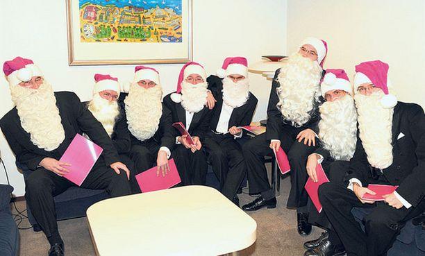 HILPEÄÄ STX Europen telakalla Pukkikuoro Naurajat hekotteli kolme joululaulua.