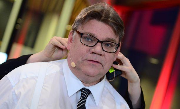 """Timo Soini huomautti, että jo tällä hetkellä Suomen ja Viron välillä on """"aikamoinen trafiikki""""."""