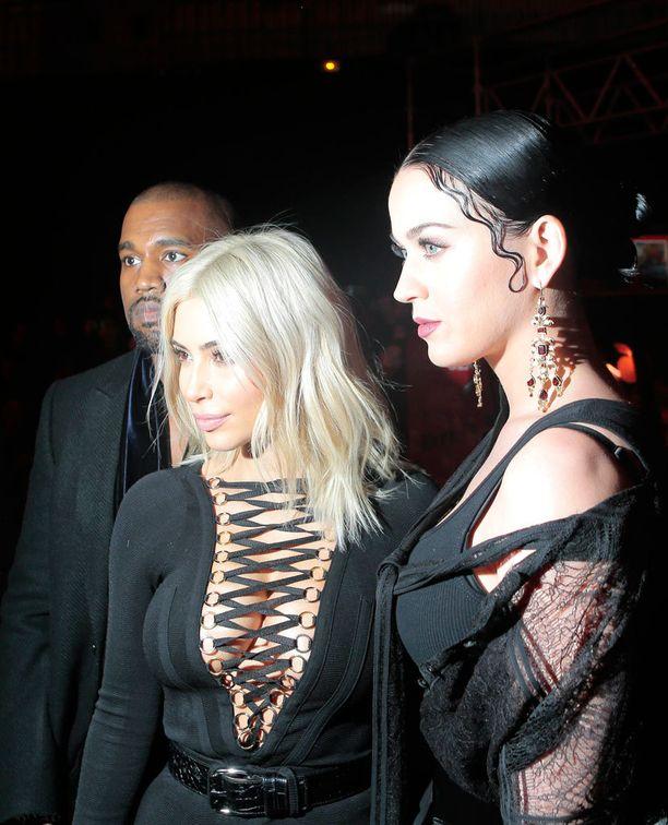 Näytöksen eturivissä nähtiin tuttuja kasvoja Kim Kardashianista Katy Perryyn.