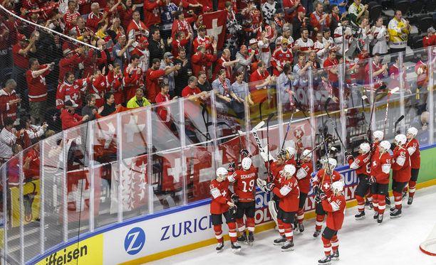 Sveitsiläispelaajat juhlivat äänekkäiden faniensa kanssa voittoa Valko-Venäjästä MM-kisojen alkusarjassa. Sveitsi saavutti alkusarjassa 12 pistettä ja oli lohkonsa neljäs.
