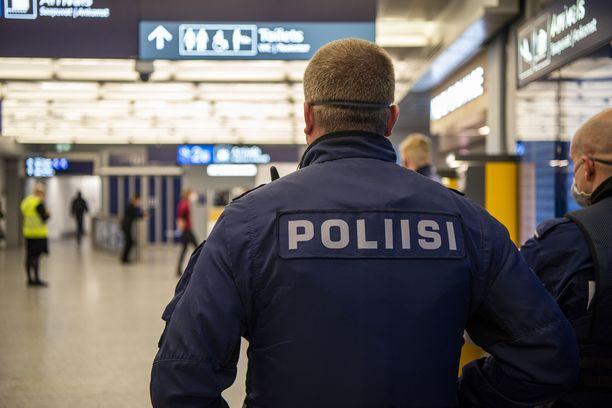 Rajaviranomaiset voivat tarvittaessa käännyttää pakkotestistä kieltäytyvän matkustajan takaisin kotimaahansa. Kuvituskuva Helsinki-Vantaalta.