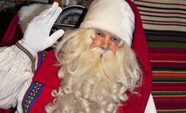 Joulupukki vierailee suomalaislasten kotona aattoiltana.