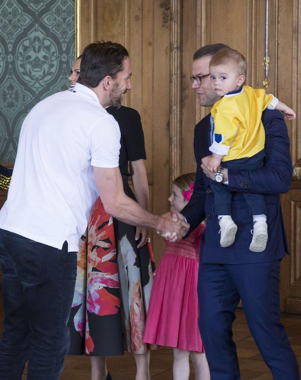 Oscar suhtautui tapaamiseen pienellä varauksella. Hän oli turvassa isänsä sylissä.