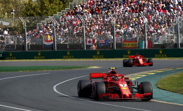 Kimi Räikkönen oli Australian GP:n alkuvaiheessa tallikaverinsa Sebastian Vettelin edellä, mutta varikkopysähdysten aikana asetelma kääntyi toisin päin.