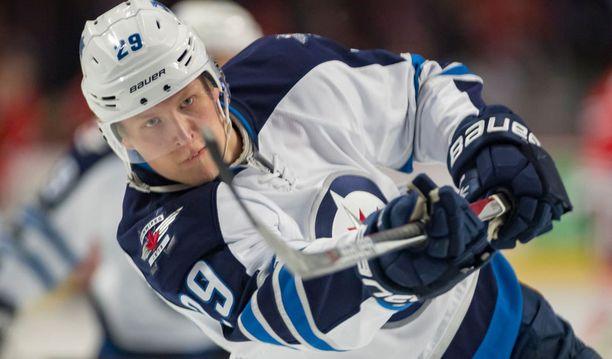 Winnipeg Jetsin Patrik Laine otti yhteen Pittsburgh Penguinsin Sidney Crosbyn kanssa. Jatkoajalla Laine antoi harhasyötön, joka johti Penguinsin voittomaaliin.
