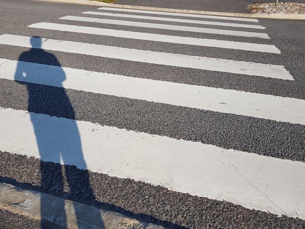 Pariskunta ehti noin puoliväliin suojatietä, kun vasemmalle kääntyvä auto törmäsi mieheen.