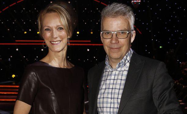 Uutisankkurit Maija Lehmusvirta ja Keijo Leppänen pääsevät jatkossa seisoskelemaan studioon istumisen sijaan.