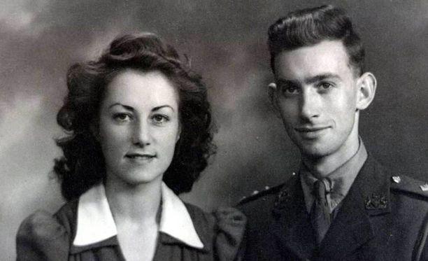 Rakkaus syttyi sodan aikana tanssiaisissa.