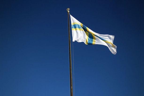 Ruotsinsuomalaisilla on oma lippu, joka nousi salkoon ruotsinsuomalaisuuden päivänä 24. helmikuuta myös Göteborgin keskustassa.