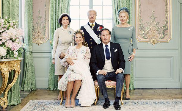 Kuningatar Silvia, kuningas Kaarle Kustaa, Chris O'Neillin äiti Eva O'Neill, Adrienne, Madeleine ja Chris asettuivat yhteiskuvaan ristäisten jälkeen.