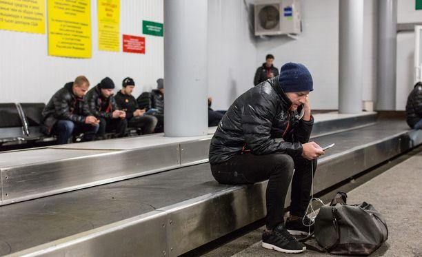Linus Omark odotteli varusteitaan Ufan lentoasemalla helmikuussa.