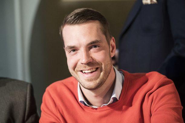 Keskustan puoluesihteerin Jouni Ovaskan mukaan viesti kentältä oli selvä: Väyrys-peli pitää viheltää poikki.