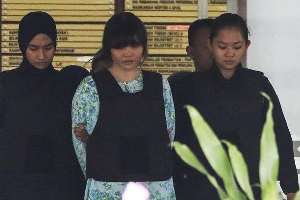 Vietnamilainen Doan Thi Huong, 28 (keskellä) on toinen murhasta syyteyistä naisista.