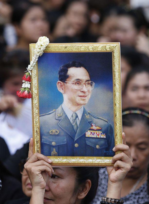 Kuningas Bhumibol Adulyadej kuoli lokakuussa 2016 kypsässä 88 vuoden iässä.
