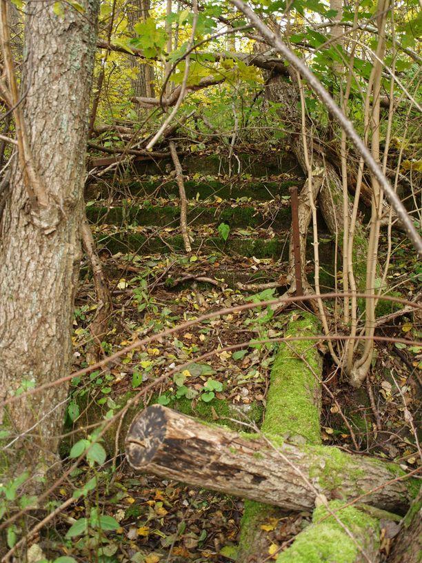 Osa menneestä kylästä on yhä paikallaan, mutta saaren metsissä voi nähdä jäänteitä vanhoista rakennuksista.