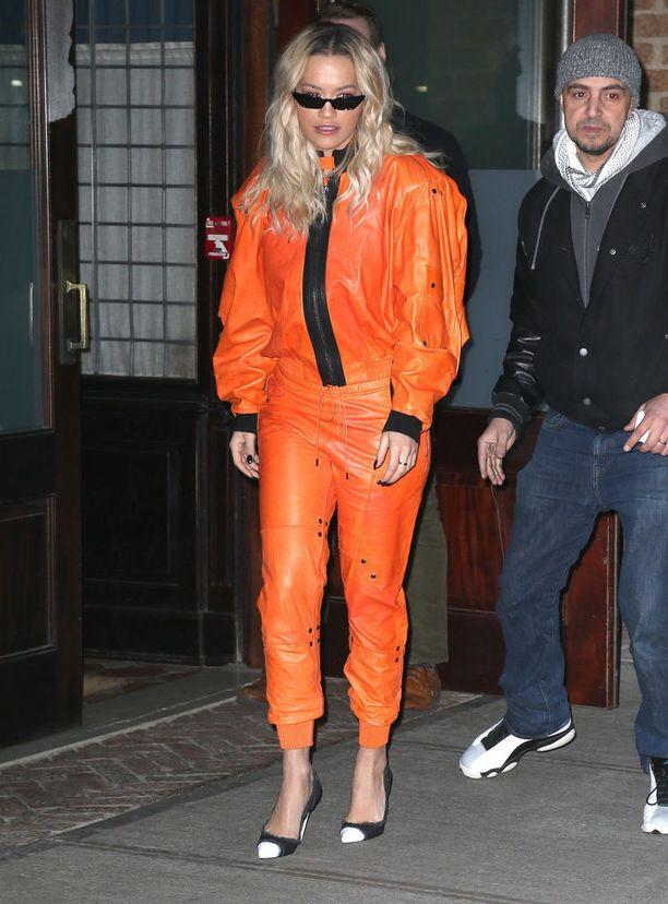 Tietääköhän laulaja Rita Ora, että hänen aurinkolasinsa voivat olla silmille haitalliset?