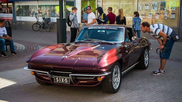 Tämän viritetyn Chevrolet Corvette ´65:n kerrotaan saavuttaneen seisovalla maililla 201,3 mph, eli 323,69 km/h nopeuden.