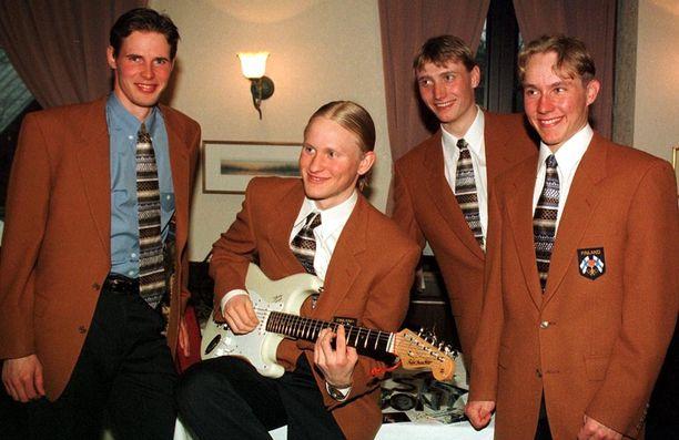 Yhdistetyn miesten joukkue irrotteli Naganossa 1998 ruskeat pikkutakit yllään.
