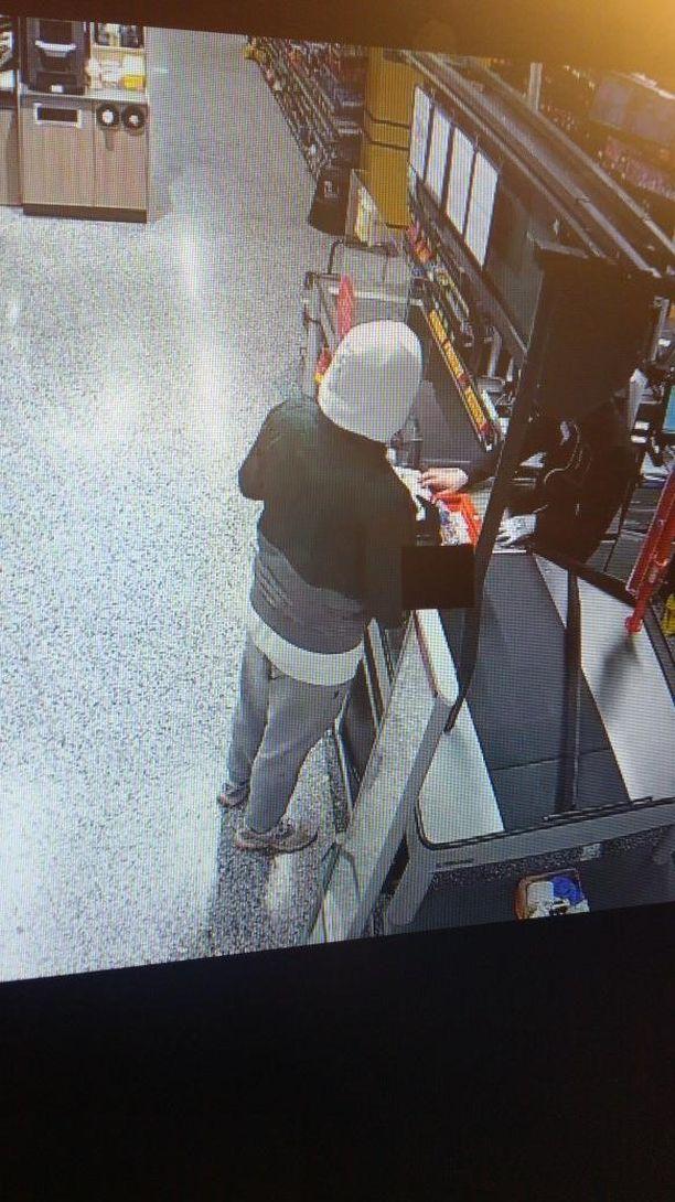 Epäilty tallentui kaupan videovalvontaan.
