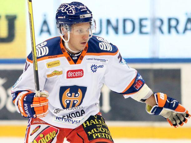 Tapparan Antti Erkinjuntti piti taklaustaan Ilveksen Oskari Laaksoseen puhtaana.