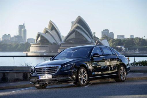 Autonomiseen ajoon erityisesti varustettu S-sarjan Mercedes ajelee Australiassa.