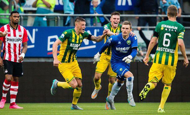 Haagin pelaajat olivat tilanteesta riemuissaan, PSV:n pelaajat eivät.