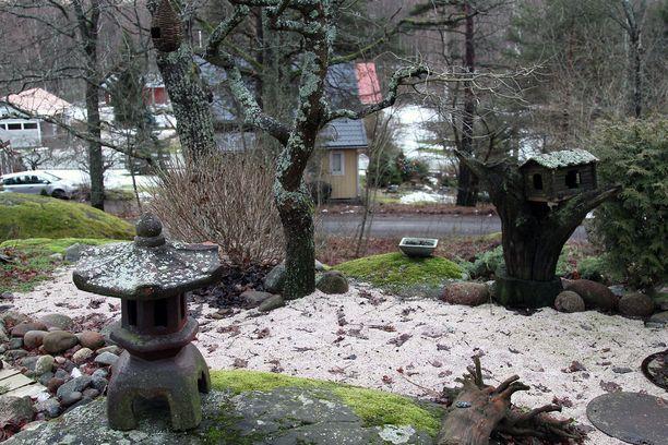 Talo sijaitsee 2400 neliön kallioisella tontilla suurien vanhojen puiden suojissa.