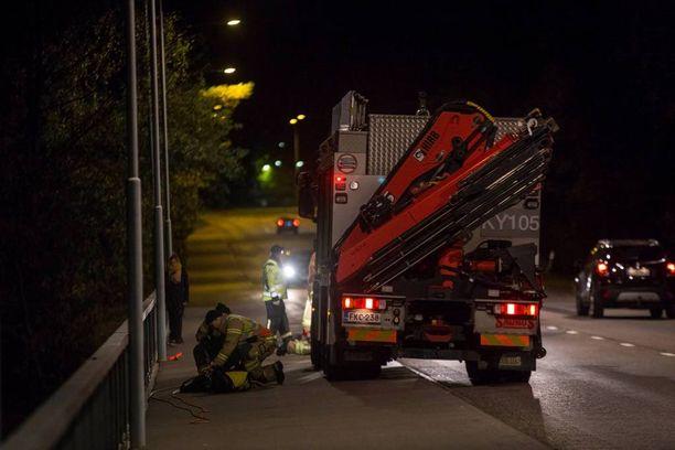 Pelastuslaitoksen yksiköt sekä poliisi selvittelivät tilannetta Langinkoskella Kotkassa perjantai-iltana.