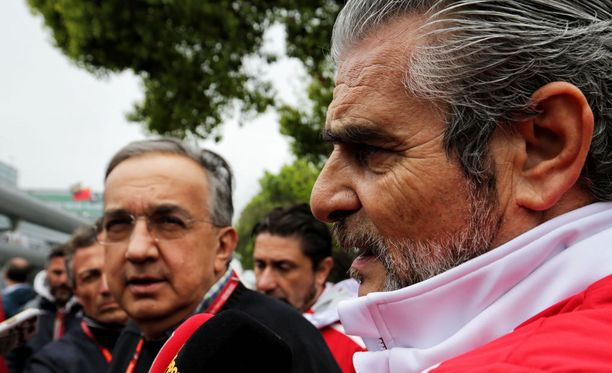 Sergio Marchionne (vas.) ja Maurizio Arrivabene sai toruja Marc Surerilta.
