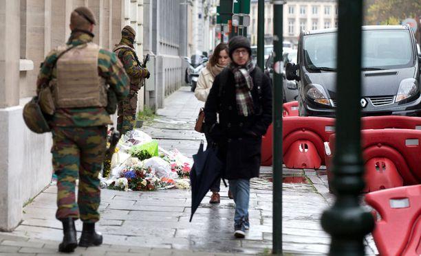Sotilaat Ranskan konsulaatin edustalla Brysselissä.