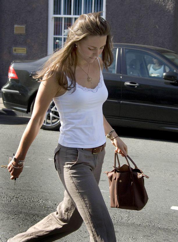 Longchamp on jo kauan ollut Catherinen luottomerkkejä. Tämän todistaa esimerkiksi kuva Kae Middletonin ostosreissulta vuodelta 2005.