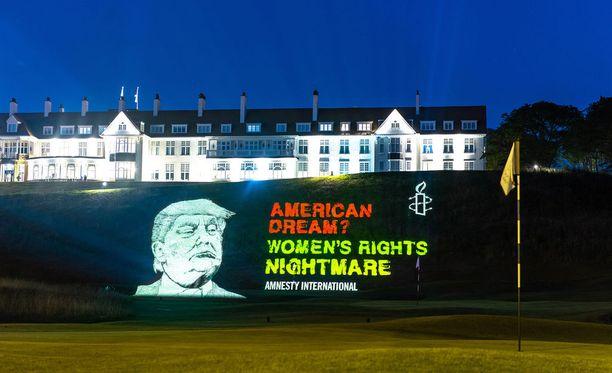 Turnberry Resortin edustalle oli pystytetty myös ihmisoikeusjärjestön protestilakana.