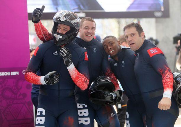 Stuart Benson, Bruce Tasker, Joel Fearon ja James Jackson muodostivat Sotshin olympialaisissa Ison-Britannian joukkueen, joka voitti takautuvasti pronssia venäläisten dopingkäryjen myötä. Fearon on lisäksi pinkonut yleisurheilussa 100 metriä alle 10 sekunnin.