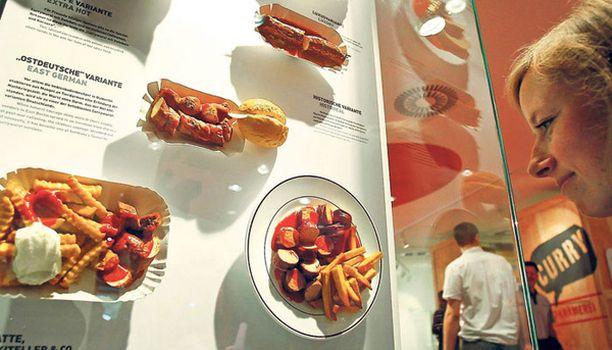 MAISTUVA MUSEO Berliinissä on avattu kaupunkilaisten lempisapuskalle eli currywurstille omistettu museo. Siellä ihmiset pääsevät ihastelemaan mitä erilaisempia makkararuokia.