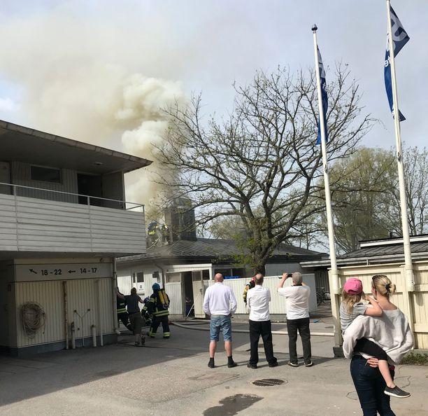 Motellin palosta levisi runsaasti savua.