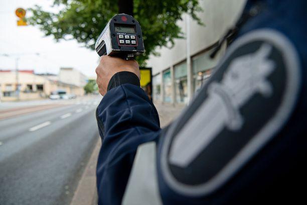 Kuvituskuva poliisi nopeusvalvonnasta.