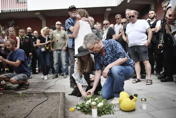 Ihmiset kerääntyivät Vasastaniin paikkaan, jossa 20-vuotiaan Eric Torell sai surmansa.