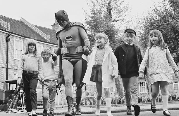 Adam West ihailijoiden ympäröimänä 1966.