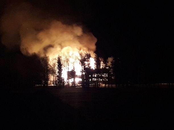 Parhialan vanha koulu tuhoutui palossa.