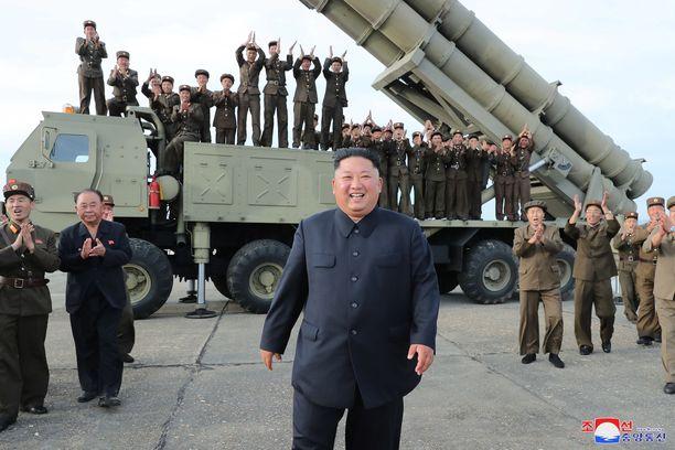 Pohjois-Korean diktaattori Kim Jong-un poseerasi lauantaina ohjusjärjestelmän edessä.