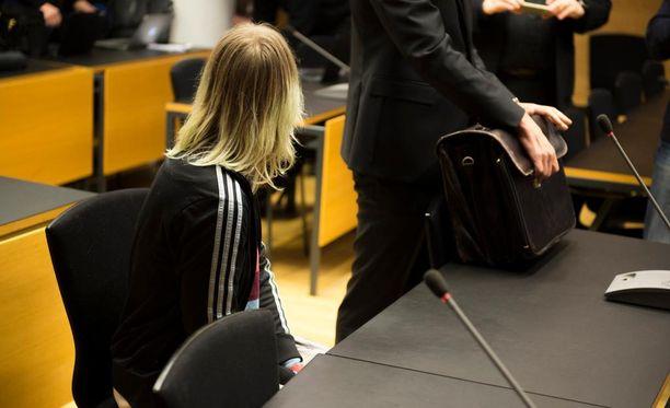 Opetusalan henkilöstöä aletaan kouluttaa tunnistamaan radikalisoitumisvaarassa olevat nuoret, kertoo Keskisuomalainen. Kuvassa koulusurman suunnittelusta syytetty 21-vuotias tyttö.
