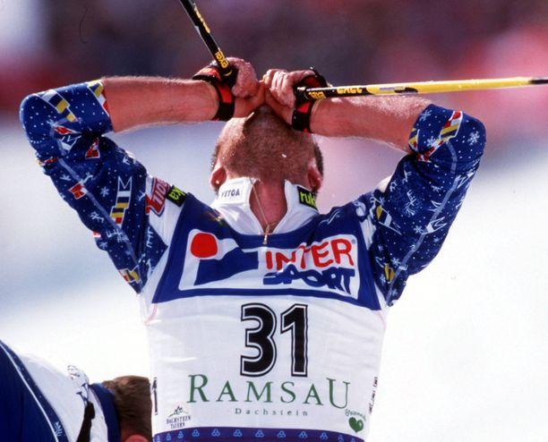 Voittajan otteella! Mika Myllylä loi katseensa taivaaseen, kun hän saavutti Ramsaun MM-hiihdoissa vuonna 1999 viidenkymmenen kilometrin perinteisen etenemistavan väliaikalähtökisan kultamitalin.