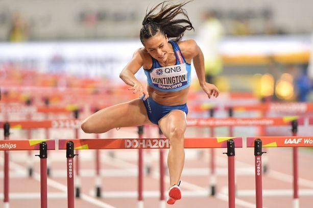 Maria Huntington kipaisi seitsenottelun aluksi 100 metrin aidat.