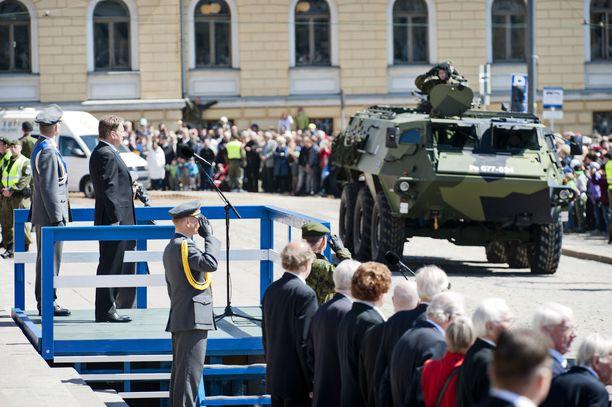Vuonna 2012 Helsingissä keräännyttiin puolustusvoimain lippujuhlaan. Tänä vuonna juhlinta tapahtuu virtuaalisesti.