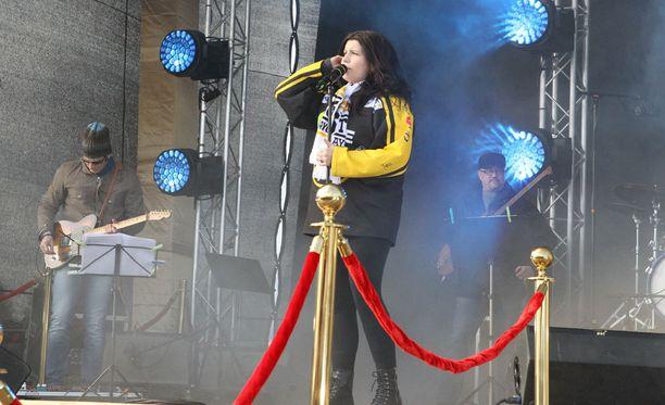 Suvi on äitiyslomalla, mutta lupautui esiintymään Kärppä-juhlissa.