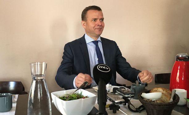 Petteri Orpo ei halunnut ottaa kantaa Teuvo Hakkaraisen tapaukseen. Kansanedustaja Hakkaraista epäillään kiihottamisesta kansanryhmää vastaan.