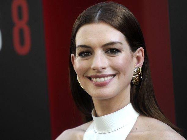 Oscar-voittaja Anne Hathaway on päättänyt pidättäytyä alkoholin juonnista, kunnes hänen nyt 3-vuotias poikansa muuttaa kotoa pois.